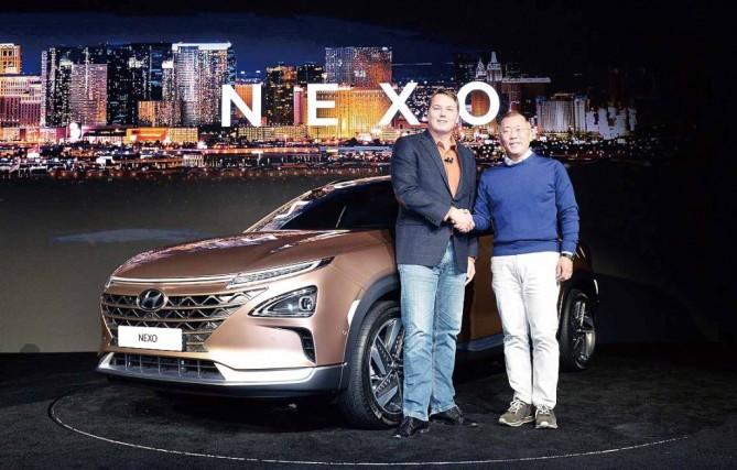 신형 수소전지차 '넥쏘' 앞에서 크리스 엄슨 오로라 CEO(왼쪽)과 정의선 현대기아차 부회장이 악수를 하고 있다. - 현대기아차 제공